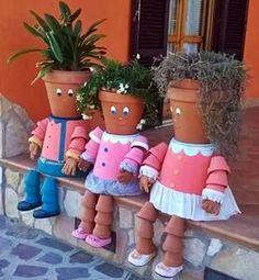Nagyon bájosak a kertben elhelyezve, vagy a teraszra állítva, csüccsentve az ilyen cserépemberkék. Kertészetekben megvásárolhatók ...