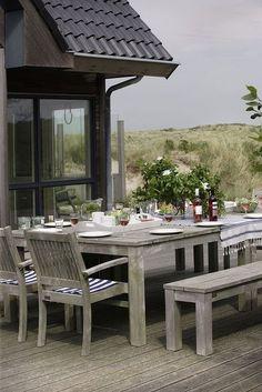 Het prachtige luxe vakantiehuis ZeeWind ligt op een van de meest unieke lokaties van Vlieland, verscholen in de duinen. Het is geschikt voor maximaal 16 personen.