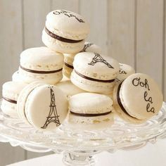These Elegant French Macarons are simply magnifique! A sweet treat that will give you a little taste of Parisian living, this easy macaron recipe is best enjoyed with a nice cup of cappuccino or café au lait. French Macarons Recipe, French Macaroons, Homemade Macarons, Pink Macaroons, Macaron Cake, Macaroon Cookies, Cookie Recipes, Dessert Recipes, Delicious Desserts