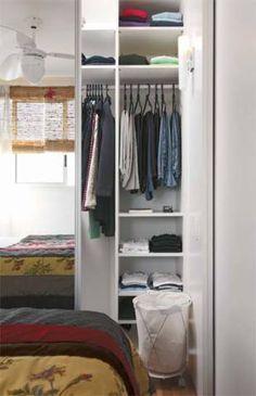 Para aproveitar bem o espaço deste quarto de solteiro num apartamento de ape...
