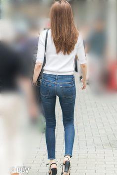 極上の美尻タイトデニム!激エロのプリケツを揺らして歩くS級美女! | Beauty Back View