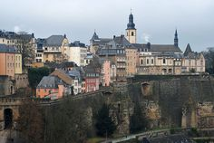 Panorámica de la ciudad vieja en Luxemburgo (Luxemburgo)  www.hojaderutas.com Best Hotels, Where To Go, Travel Tips, Castle, Hiking, Vacation, Mansions, House Styles, Trips