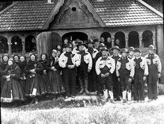 Gruppe kvinner og menn i bunader foran Heddal stavkirke  | Beltestakk & gråtrøye Norway, Museum, Popular, Photography, Inspiration, Art, Hipster Stuff, Biblical Inspiration, Art Background