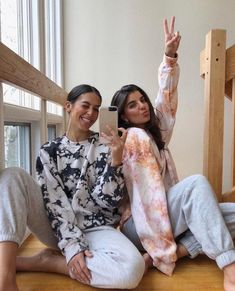 Tie Dye Outfits, Casual Outfits, Cute Outfits, Fashion Outfits, Tie Dye Shirts, Tie Dye Sweatshirt, Crew Neck Sweatshirt Outfit, Tie Dye Pants, Bleach Tie Dye