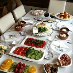 REYHAN KOKULU MUTFAĞIM: SOFRALAR Haşlanan patatesler küp doğranır yada püre yapılır. Patates güveçlere yerleştirilir.Tuz eklenir ve üzerine (isteğe bağlı tereyağ) sucuk ve kaşar koyulup fırında üzeri kızarana kadar bekletilir. Sıcak olarak servis yapılır Table Plate Setting, Brunch Table Setting, Breakfast Buffet, Breakfast Recipes, Breakfast Ideas, Turkish Breakfast, Arabian Food, Cooking Recipes, Healthy Recipes