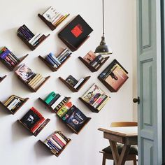Brown: meaning of color, curiosities and decorating ideas - Home Fashion Trend Creative Bookshelves, Bookshelf Design, Wall Shelves Design, Homemade Bookshelves, Corner Bookshelves, Home Library Design, Home Room Design, Diy Wood Projects, Home Decor Furniture