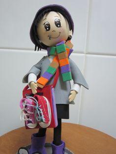 Fofucha totalmente personalizada. Toda ella está hecha en goma eva y por supuesto pintada a mano. Detalles tales como: bufanda, bolso con zapatillas, botas, sombrero.... elenamartinlopez.blogspot.com