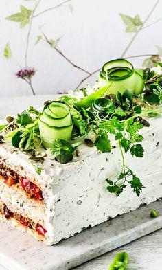 Vegaaninen nyhtökaura-voileipäkakku | Maku Savoury Baking, Vegan Baking, Savoury Cake, Cake Sandwich, Food Garnishes, Salty Cake, Food Platters, Mets, Appetisers