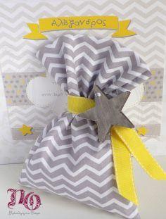 Μπομπονιέρα βάπτισης πουγκί chevron με ξύλινο αστέρι και κίτρινη γκρο κορδέλα με γαζί. Τιμή: 2,30€ δεμένη