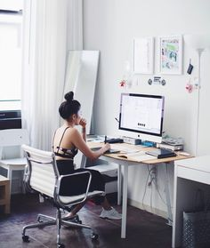 Sophia Chang ( is a designer and illustrator who I've looked up to for quite a while now. Her aesthetics and eye for design is unique and she has produced work for many major companies. Here is her workspace setup! Home Office Setup, Desk Setup, Workspace Desk, Best Interior Design Apps, Ideas Hogar, Workspace Inspiration, Ux Design, Interior Decorating, Decorating Games
