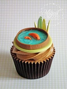 An adorable koi cupcake - HAH! I'm not even going to EVER attempt these cupcakes, but they are cute! Beautiful Cupcakes, Yummy Cupcakes, Fish Cupcakes, Cupcake Wars, Cupcake Cookies, Snowman Cupcakes, Creative Cakes, Creative Food, Cakepops
