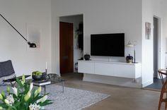 Suelo de parquet en espiga, piedra caliza y muebles de diseño en Malmö