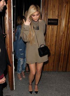 Kylie Jenner Sweater Dress - Kylie Jenner enjoyed a night out wearing a loose tan sweater dress by Yeezy. Kylie Jenner Hair, Kylie Jenner Look, Kylie Jenner Outfits, Celebrity Outfits, Celebrity Style, Khloe Kardashian Dress, Fashion Outfits, Womens Fashion, Fashion Fashion