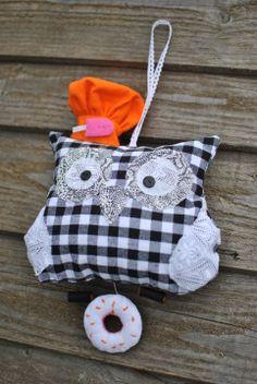 Objet déco chouette amusante et originale en tissu noir et blanc : Décoration pour enfants par zalou-creations