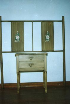 REspaldo de cama de chapa y caño y mesa de luz de madera pintada con la ténica del trapeado y decorada con flores