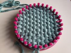 DIY Pastel - Tressage tricotin (Challenge Oui are Makers) - Bulles de Plume - Loom Knitting For Beginners, Round Loom Knitting, Loom Knitting Stitches, Knifty Knitter, Loom Knitting Projects, Loom Bands, Circle Loom, Loom Crochet, Sewing Machine Projects