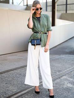 Perfekter Sommer-Look, der auch im Büro funktioniert! Model Nikki Philips trägt am Rande der Australian Fashion Week zur Finders Keepers Hose Heels von Jimmy Choo und eine YSL-Tasche. Die Army-Bluse akzentuiert sie mit einem dünnen Gürtel. Auf der Nase? Natürlich Ray-Bans!window.vn && window.vn.onInit.app.push(function(){window.vn.plugins.loadTracdelight();});