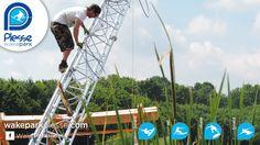 L'opérateur Rixen en action pour l'installation d'un pylône du téléski nautique de Plessé sur l'étang de Buhel