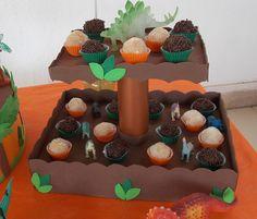 Faça você mesmo sua festa com essa decoração para sua mesa, essa linda bandeja com dois andares para colocar doces em E.V.A. e papelão!!! ...