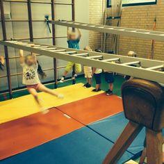 Pe Lessons, Preschool Lessons, Activities For Kids, Preschool Gymnastics, Gymnastics Gym, School Sports, Kids Sports, Pe Lesson Plans, Crossfit Kids