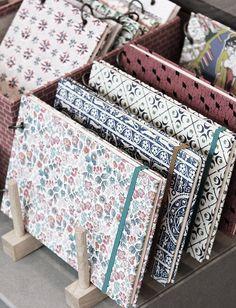 paper & tokyo - cool journal display idea for a craft fair Diy Notebook, Notebook Covers, Notebook Design, Stationary Notebook, Craft Fair Displays, Market Displays, Craft Stalls, Craft Markets, Craft Show Ideas