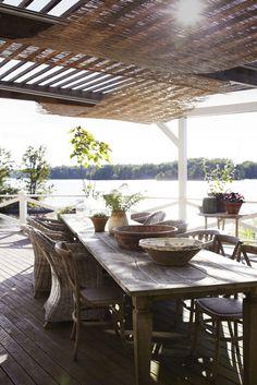 Slänten terrasserades, och på den första nivån ligger Victorias köksträdgård som består av tre stora svarta trälådor, där det odlas jordgubbar, sallad, bönor och en hel rad borstnejlikor. Annars domineras tomten av en stor terrass, en myckenhet av krukor, och flera sluttande rabatter samt en terrassering för hennes köksträdgård. På den stora terrassen som ligger i söderläge hänger vassmattor som skuggar mot solen. I ekfaten i bakgrunden växer fliksumak och tulpanträd.