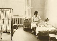 SÄS har utmärkt sig genom att driva utvecklingen inom vården framåt. Mycket har hänt sedan Borås första lasarett startades 1782. På den tiden fanns sex vårdplatser och under de första tre åren vårdades 25 patienter. Borås lasarett, som tillsammans med Skene lasarett blev Södra Älvsborgs Sjukhus 1998, har varit en förebild inom många områden. Läs mer om SÄS historia på de här sidorna.