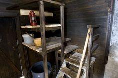 Apua perinnerakennusmestarilta Saunan korjaus aloitettiin juhannuksena 2006. Aikataulua suunniteltiin sen verran, että pihapiirin asukkailla oli haave päästä joulusaunaan. Sisätyöt ja seinät saatiinkin ajallaan valmiiksi. Tiensä päähän tullut, pitäväksi hätäkorjattu katto odottaa vielä uusia peltejä. Ennen kuin murtuneita seiniä ruvettiin purkamaan ja korjaamaan, kutsuttiin Pirkanmaan Maakuntamuseon neuvoja, perinnerakennusmestari Tapani Koiranen arvioimaan tilannetta. Koirasen työn ...