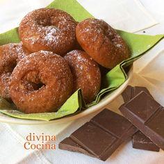 Estas rosquillas de chocolate se preparan con la receta tradicional pero tienen todo el aroma y el sabor de un buen cacao en polvo.