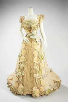 1800's dress. I want this dress. I don't know where I would wear it, but I would come up with something