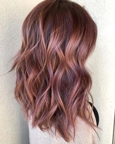 Below a step by step tutorial to get an amazing rose gold balayage hair color. Hair color correction is a big money maker in salons nationwide. The reason: over-the-counter hair coloring products have… Hair Color Balayage, Hair Highlights, Rose Gold Balayage Brunettes, Ombre Hair, Rose Gold Bayalage, Wavy Hair, Fall Balayage, Brown Balayage, Hair Bangs