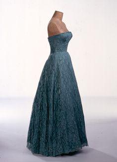 Balenciaga : robe du soir en dentelle de Dognin, 1951
