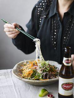 Simpelthen noget af det bedste jeg ved! Vil jeg skrue lidt ned for hurtige kulhydrather, erstatter jeg helt eller delvist nudlerne med fintsnittet kål. Opskriften er til 2 personer, hovedret Dressing: 3 fed hvidløg 1-2 bird eye chilies (eller anden stærk chili) ½ dl limejuice 3 spsk risvineddike eller hvidvinseddike 2 spsk sukker ½ dl fiskesauce ½ dl koldt vand Salat: 100 g tørrede, tynde risnudler 2 flotte bøffer olie til stegning salt evt. lidt ristet sesamolie 2-3…