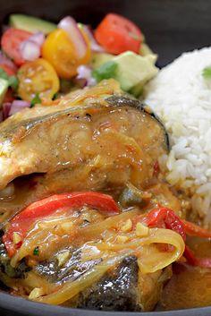 El bagre, conocido como pez gato por sus bigotes, es un pescado de mar principalmente pero también los hay de agua dulce. En ésta oportunidad les comparto la receta de Bagre Sudado, un plato realmente fácil y rápido. Queda delicioso y va preparado con un guiso maravilloso que realza aún más su sabor! Como siempre, les recomiendo que el pescado sea fresco y de buena calidad. Comprarlo en lugares reconocidos, donde su manejo y conservación sean óptimas, no en cualquier lugar. Typical Colombian Food, Colombian Cuisine, Soup Recipes, Cooking Recipes, Healthy Recipes, Pescado Recipe, Catfish Stew, Columbian Recipes, Hispanic Dishes