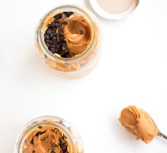 Creamy peanut butter overnight oats topped with chocolate chips & sliced bananas. A healthy on-the-go breakfast that will keep you powered through the day! Peanut Butter Overnight Oats, Peanut Butter Roll, Creamy Peanut Butter, Easy Healthy Breakfast, Breakfast Recipes, Healthy Breakfasts, Breakfast Ideas, Healthy Food, Refrigerator Oatmeal