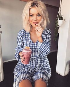 "10.1 k mentions J'aime, 45 commentaires - Laura Jade Stone (@laurajadestone) sur Instagram : ""Morning smoothies Wearing @helloparry ✨"""
