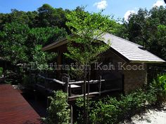 One of the bungalows at Ra Beang Mai with the restaurant in the background (Koh Kood, Thailand)