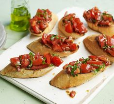 This Grilled Bruschetta with Mozzarella recipe can be grilled and served as a quick and easy appetizer, side dish, or as an Hors D'Oeuvres. The Bruschetta topping can be used on sandwiches, hamburgers, and pizza. Italian Starters, Vegan Starters, Easy Starters, Ideas For Starters, Healthy Starters, How To Make Bruschetta, Tomato Bruschetta, Bruschetta Recipe, Bbc Good Food Recipes