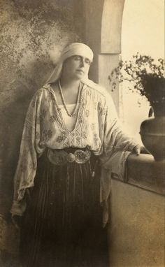 Regina Maria a României în costum popular - Queen Marie of Romania dressed in traditional costume Royal Beauty, Royal Blood, Old Photography, Folk Embroidery, Fit N Flare Dress, Queen Mary, Colourful Outfits, Movie Stars, The Past