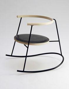 Rasmus Warberg; Enameled Steel and Ash 'NOBU' Rocking Chair, 2014. La courbe permet de créer un mouvement, celui de la bascule et enlève la stabilité du siège.