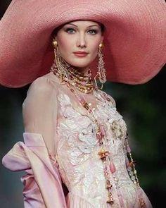 Carla Bruni in Christian Dior Haute Couture - John Galliano Christian Lacroix, News Fashion, Fashion Moda, Womens Fashion, Dior Fashion, Dior Haute Couture, Prada Spring, Fru Fru, Love Hat