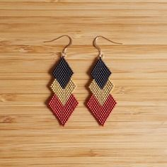 Earrings plated Or Gold Filled 14 k and Miyuki glass beads hand k gold plated beadsColors: Garnet, matte black and Gold Filled 14 k gold platedLength: 7 cm Seed Bead Jewelry, Bead Jewellery, Seed Bead Earrings, Diy Earrings, Diy Jewelry, Beaded Jewelry, Beaded Bracelets, Gold Earrings, Earrings Handmade