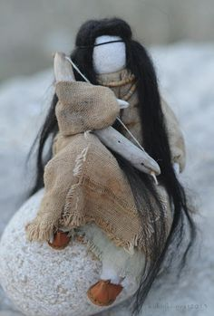 Немного приоткрою вам 'кухню' рождения образной куклы... Всё начинается с позы,это практически текстильная лепка формы...(всегда мечтала быть скульптором. Или хирургом.:) Короче,работать с телом.:))) Так выглядят волосы до...натуральная овечья шерсть. А вот с костюмами сложно: никогда не угадаешь-какими будут пропорции куклы,просчитать это точно-невозможно.