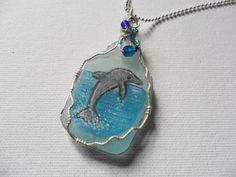 Pintado a mano delfines mar cristal collar por ShePaintsSeaglass