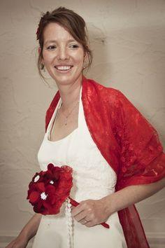 Alternatief bruidsboeket:  Prachtige bruid met rood vilten bruidsboeket! Het kant om de bloemen is hetzelfde als de omslagdoek!