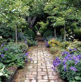 Flagstone pathway w/ stone edging - Recycled Garden Ideas Garden Guide, Garden Paths, Brick Garden, Flagstone Pathway, Brick Pathway, Landscape Design, Garden Design, Vista Garden, Stone Edging