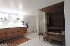 Sauna wit a glass wall / Sauna, jossa on lasiseinä.
