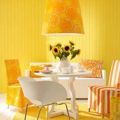 Il tocco in più dato dal lampadario e dai rivestimenti delle sedie.