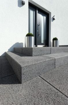Vianova®-Stufen – Die schlichte aber edle Ausstrahlung und die hochwertigen Obe… Vianova® steps – The simple but elegant appearance and the high-quality surfaces made of natural stone grain make these steps the perfect solution for the highest demands. Door Steps, Contemporary Garden, Contemporary Front Doors, House Exterior, Outdoor Stairs, Exterior Design, Front Door, Front Door Steps, Stairs Design