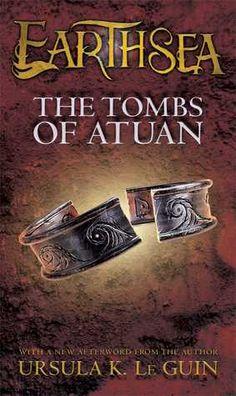 Título: The Tombs of Atuan Autora: Ursula K. Le Guin Publicação:1971 Número de páginas: 224 páginas Editora: Atheneum Books for Young Readers ISBN:9781442480841 The Tombs of Atuan é o segundo liv...